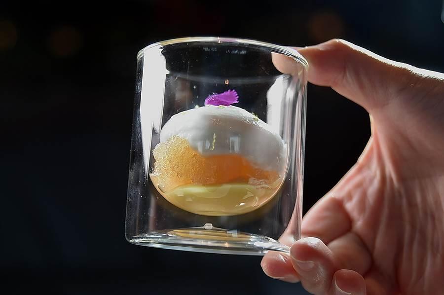 〈椰子慕斯萊姆酒冰沙〉的底部是百香果和香蕉,中層是萊姆酒冰沙,最上層則是灑了檸檬皮屑的椰子慕斯。(圖/姚舜)