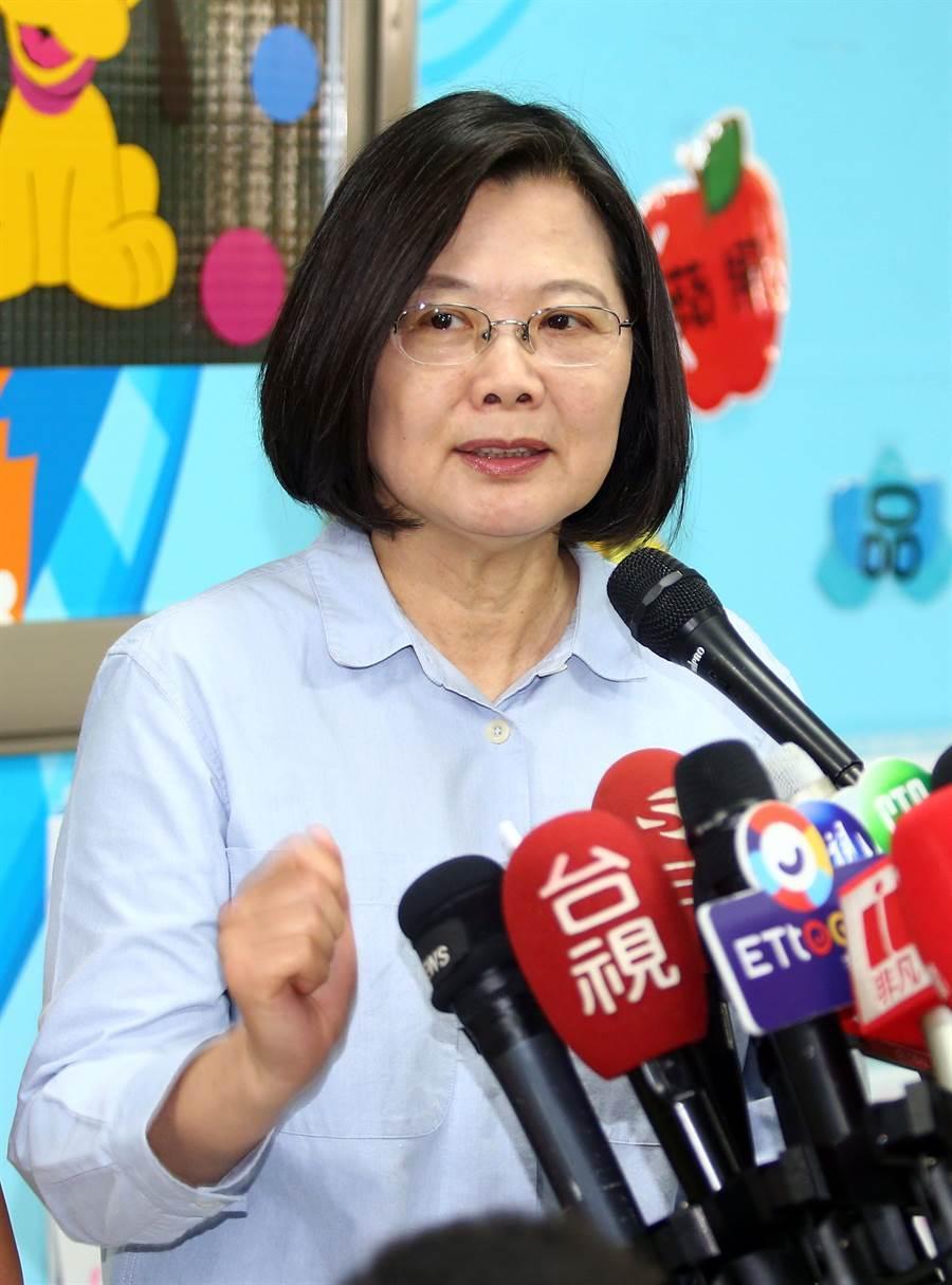 蔡英文總統7日出席公開活動時,針對媒體提問韓國瑜在台北買房,蔡回應表示,這與韓國瑜的庶民形象有落差。(陳信翰攝)