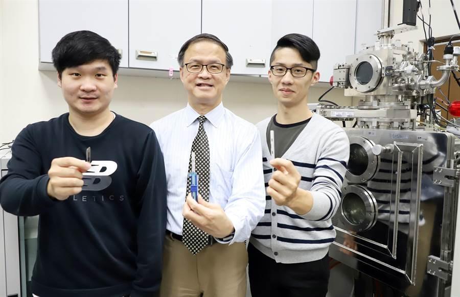 台科大研究團隊(圖左起)材料系學生曾冠瑋、朱瑾教授、學生廖文晢,研發金屬玻璃鍍膜,讓刀子更銳利。(台科大提供/李侑珊傳真)