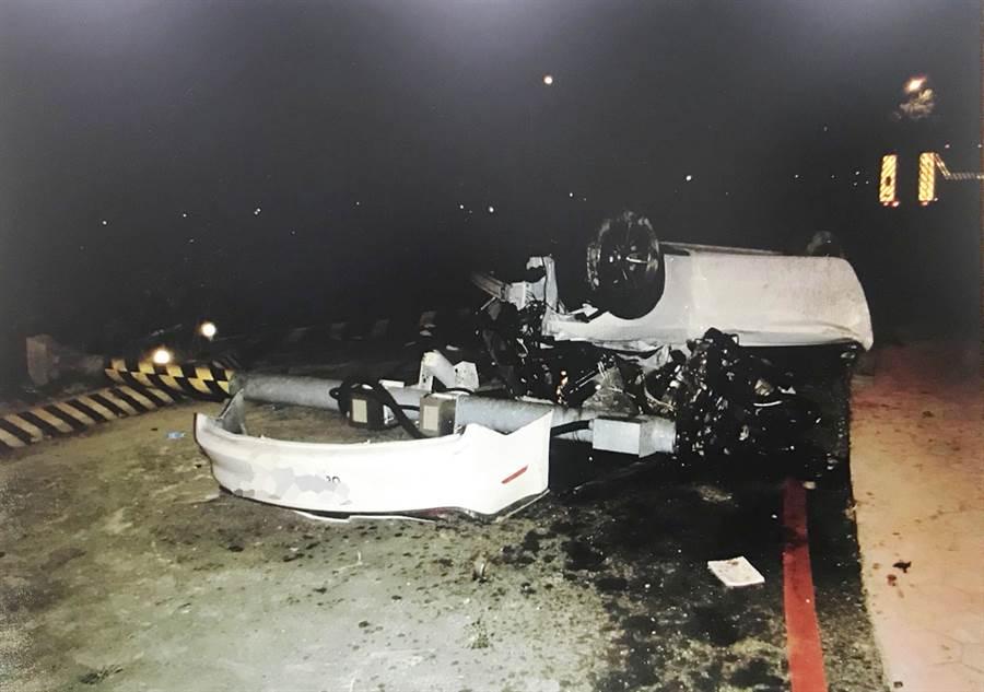 胡男駕駛的野馬跑車,自撞中央分隔島上捷運梁柱後翻覆 ,並撞斷30公尺外的路口監視器桿,胡男送醫傷重不治。(台中市警局第四分局提供/陳世宗、黃國峰台中傳真)