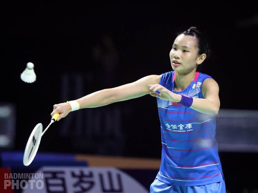 戴資穎在今天福州羽球公開賽16強戰左膝包紮上場,雖然移動上有點受影響,靠著出色的球技彌補速度,順利晉級8強。(Badminton Photo提供)