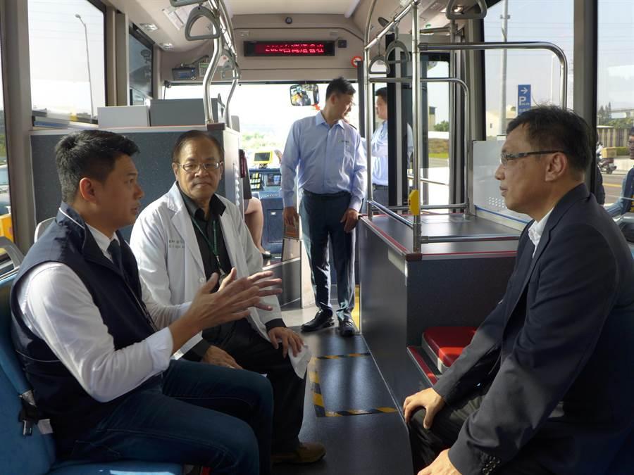 台中市政府交通局長葉昭甫(左)等人體驗低底盤電動公車的舒適性。(林欣儀攝)