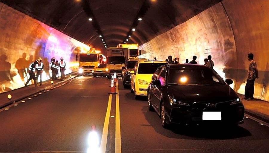 ▲國道六號國姓一號隧道因外側施工,發生7輛車相撞的連環車禍。(警方提供/楊樹煌南投傳真)