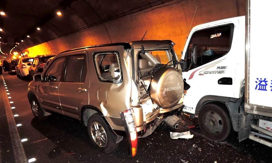 ▲國道六號國姓隧道內發生7輛車相撞的連環車禍現場。(警方提供/楊樹煌南投傳真)