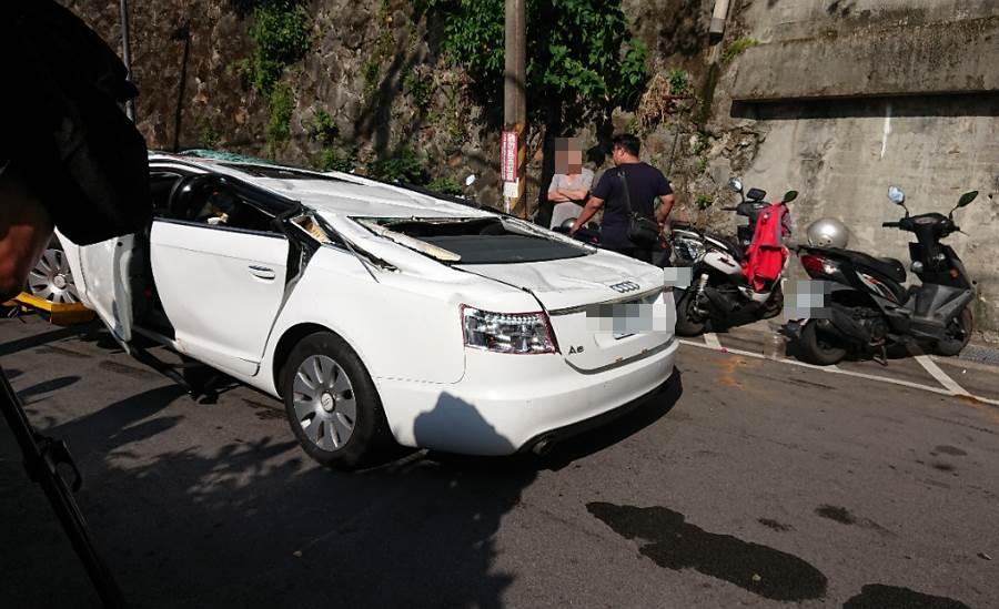 而奧迪A6車頂摔扁後的模樣,還有網友開玩笑「一秒變跑車」。(圖/ 摘自《批踢踢實業坊》)