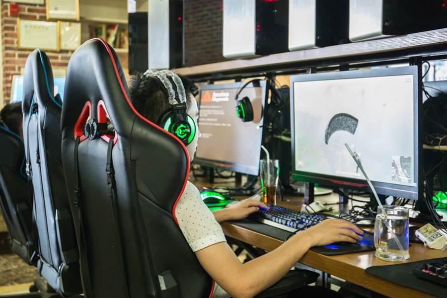 大陸國家新聞出版署5日表示,將嚴格限制網絡遊戲公司每晚10時後不得為未成年人提供服務,法定節假日每日不得超過3小時,其他時間每日不得超過1.5小時。(示意圖/達志影像)
