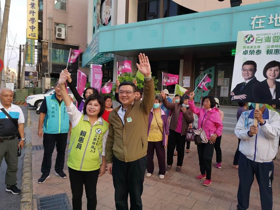 卓榮泰(前右)7日下午到台南新營區與第1選區立委參選人賴惠員合體造勢。(劉秀芬攝)