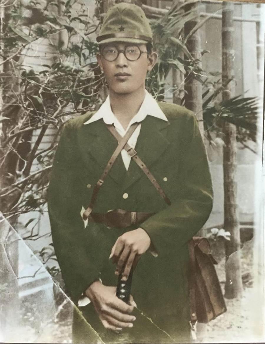 網友日前在家中翻出爺爺71年前手握武士刀的帥氣舊照。(圖/摘自臉書《爆廢公社公開版》)