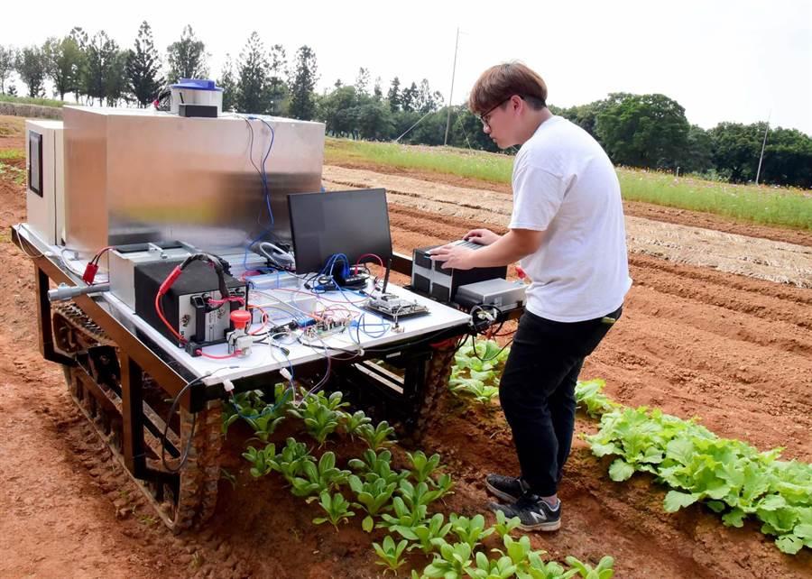 屏科大生物機電工程系與車輛工程系合作,研發遙控對靶噴藥履帶車,數據設定完成後可全自動進行田間工作。(潘建志攝)