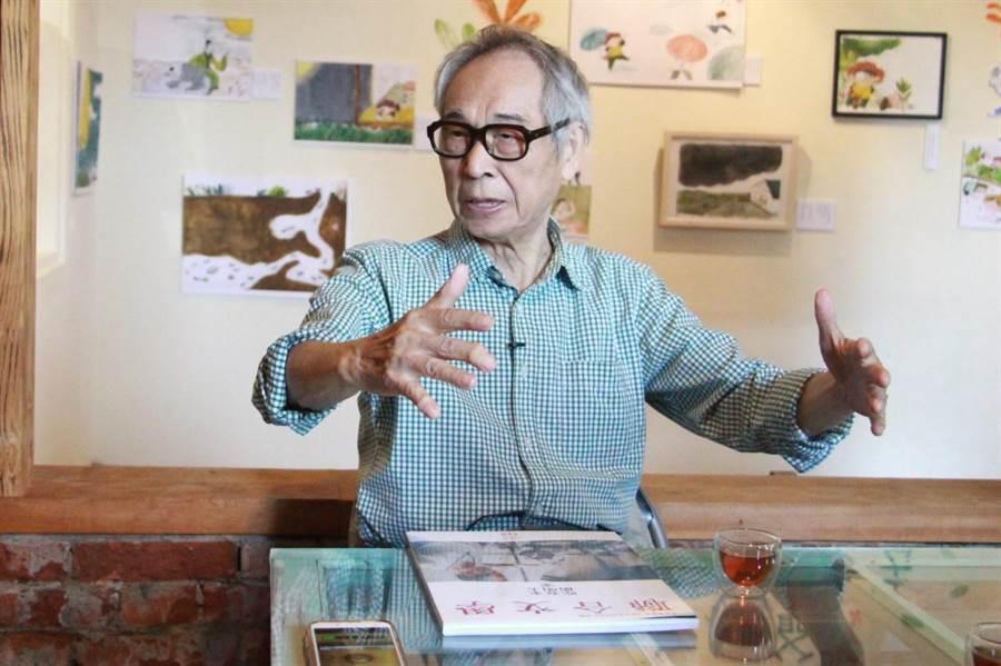 客家文學大師李喬分享作品《藍彩霞的春天》創作歷程。(何冠嫻攝)