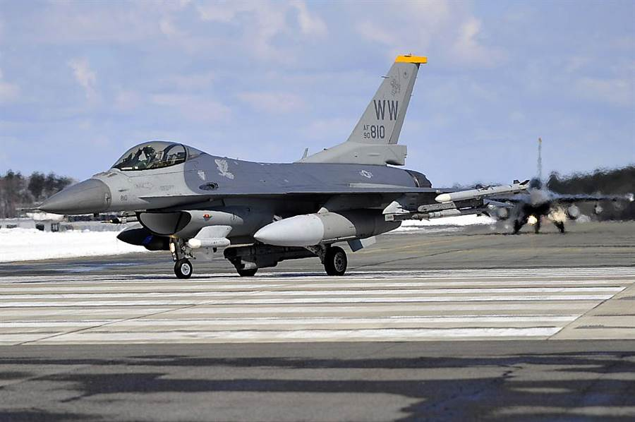 三澤基地的美軍F-16,機尾識號號寫著WW。(圖/F-16.NET)