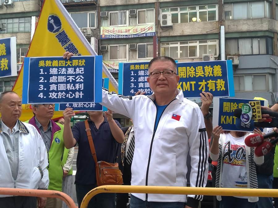 全國總工會理事長陳杰上周三由台鐵、郵政工會幹部陪同,到國民黨中常會抗議。(黃福其攝)