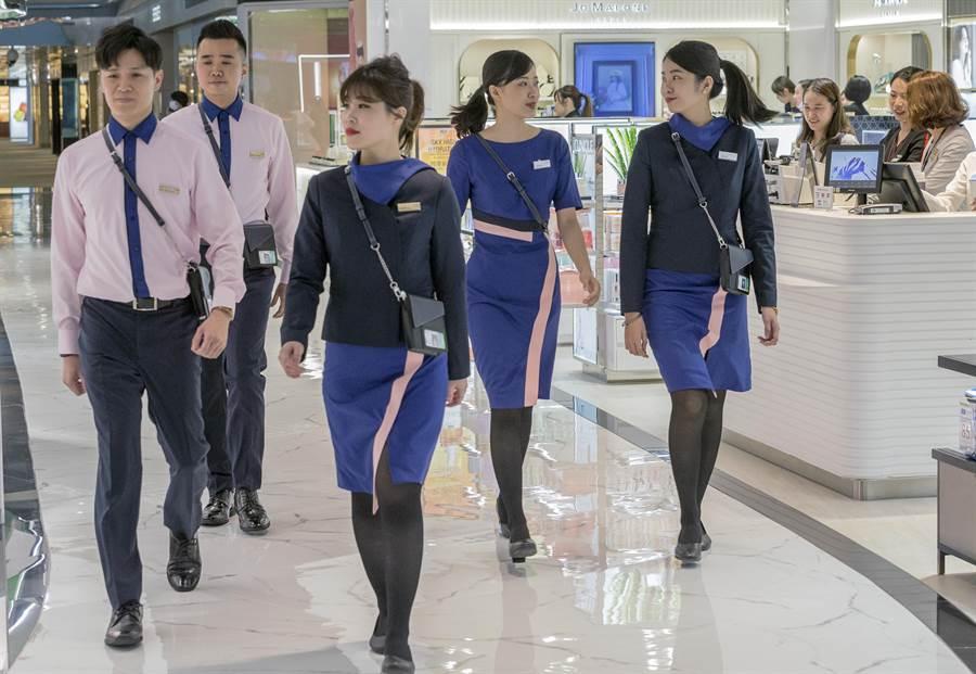 昇恆昌新制服以深邃藍與珊瑚粉的撞色拼接,傳遞台灣人的親切與熱情,再次提升昇恆昌的專業形象。(陳麒全攝)