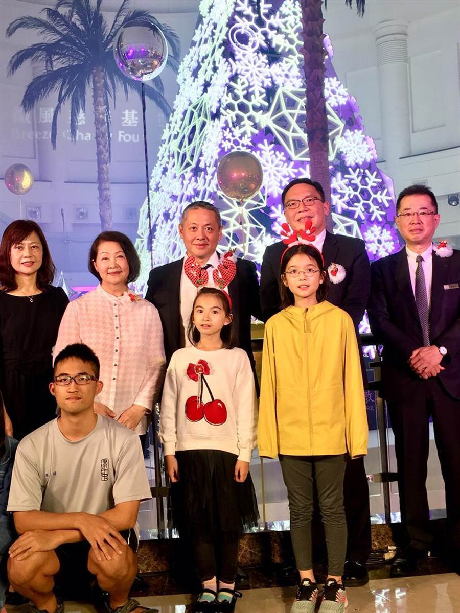微風集團董事長廖鎮漢7日陪同母親林美瑛一起出席年度聖誕公益點燈。圖/李麗滿