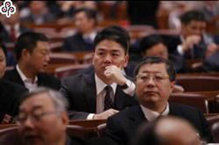 京東創辦人劉強東(圖中)辭大陸全國政協委員獲准。(中新社)