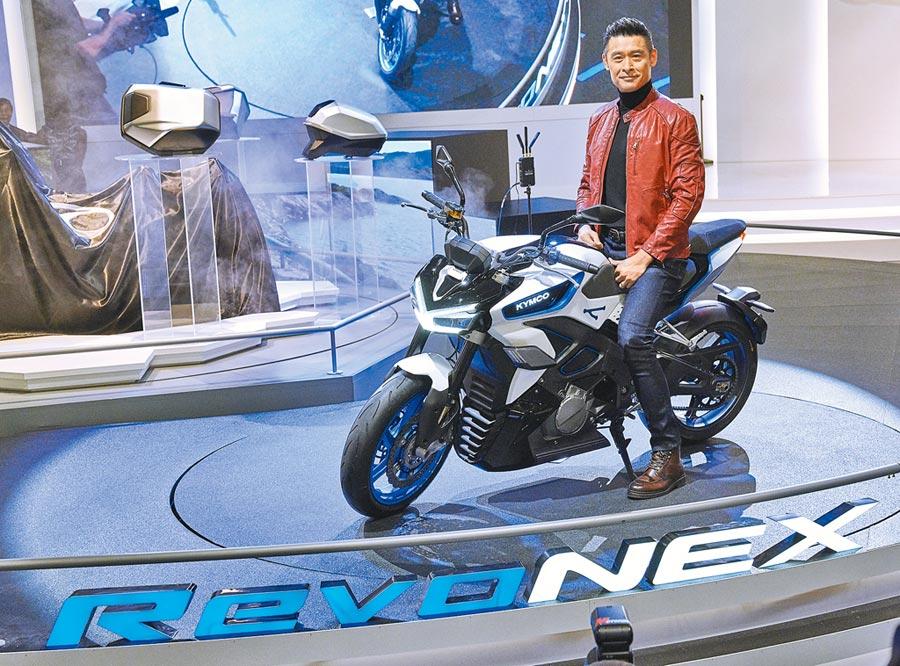 光陽董事長柯勝峯親自騎乘自家高性能電動重機街跑RevoNEX,高調現身2019年米蘭國際機車大展。圖/業者提供
