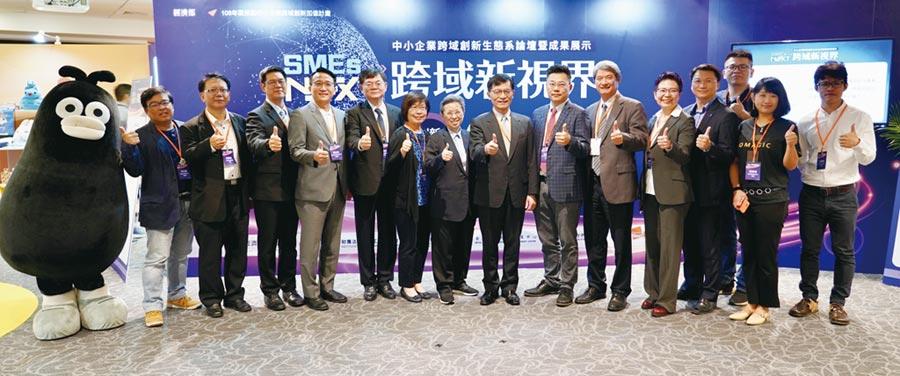 經濟部中小企業處何晉滄處長(右八)體驗參展區,並與業者代表合影。圖/簡立宗