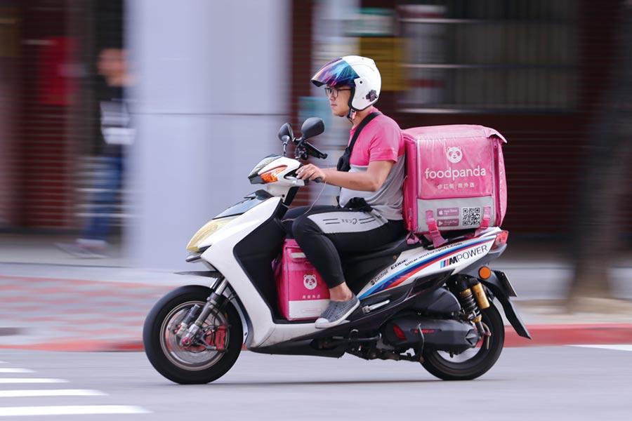 家樂福跟foodpanda合作外送服務的店舖,首家先以台北東興店開始測試。圖/本報資料照片