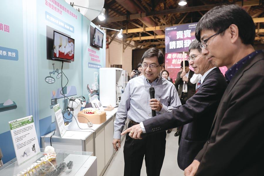 科技部部長陳良基參訪案源成果,盛讚產學合作成果。圖/蔡淑芬