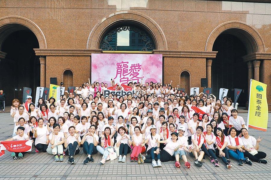 國泰金融會議廳廣場聚集數百位女孩,齊聚運動聽講座。圖/國泰金控提供