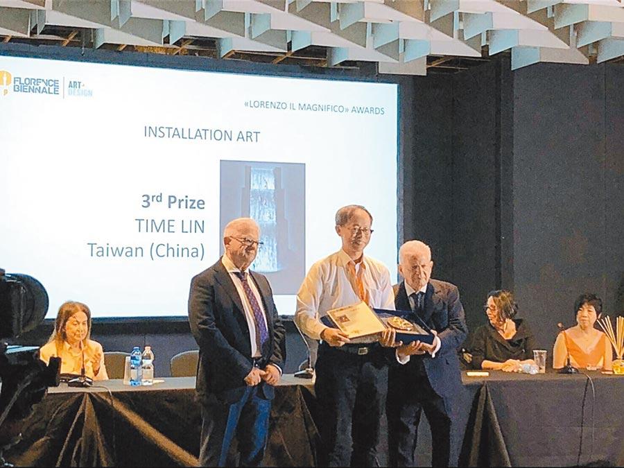 「時光林鯉躍龍門錄像裝置藝術」榮獲2019佛羅倫斯雙年展國際銅牌獎,由創辦人皮耶羅‧塞洛納(左一)、帕斯誇萊‧塞洛納(右三)共同頒獎給來自台灣的藝術家時光林(左二)。圖/時光林提供