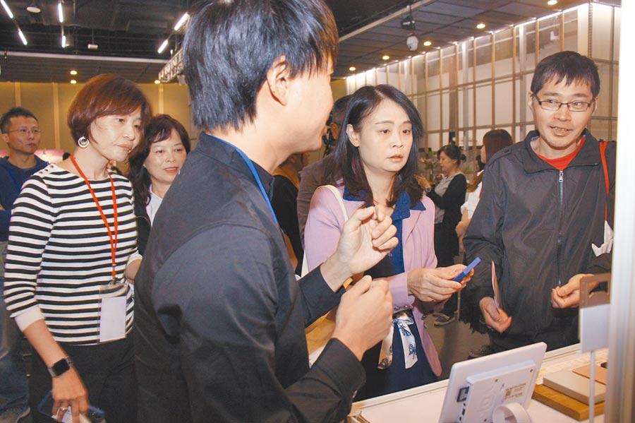 經濟部中小企業處蘇文玲副處長(右二)、全國中小企業總會創輔中心石怡佳營運長(左一),聽取新創團隊解說創新產品。圖╱陳宗慶