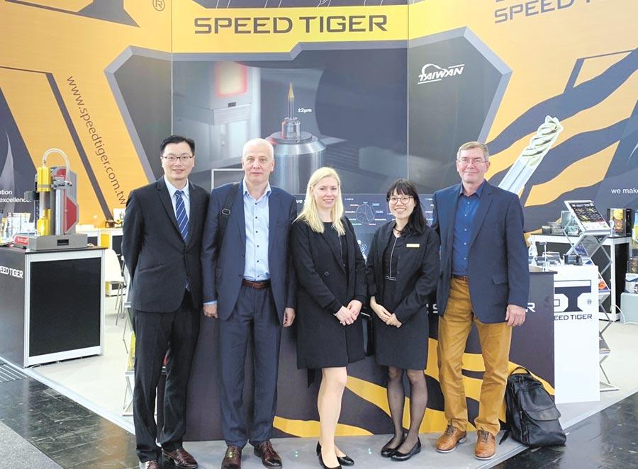 震虎精密科技公司施紹彬經理(左一)在EMO展會場與國外客戶合影。圖/業者提供