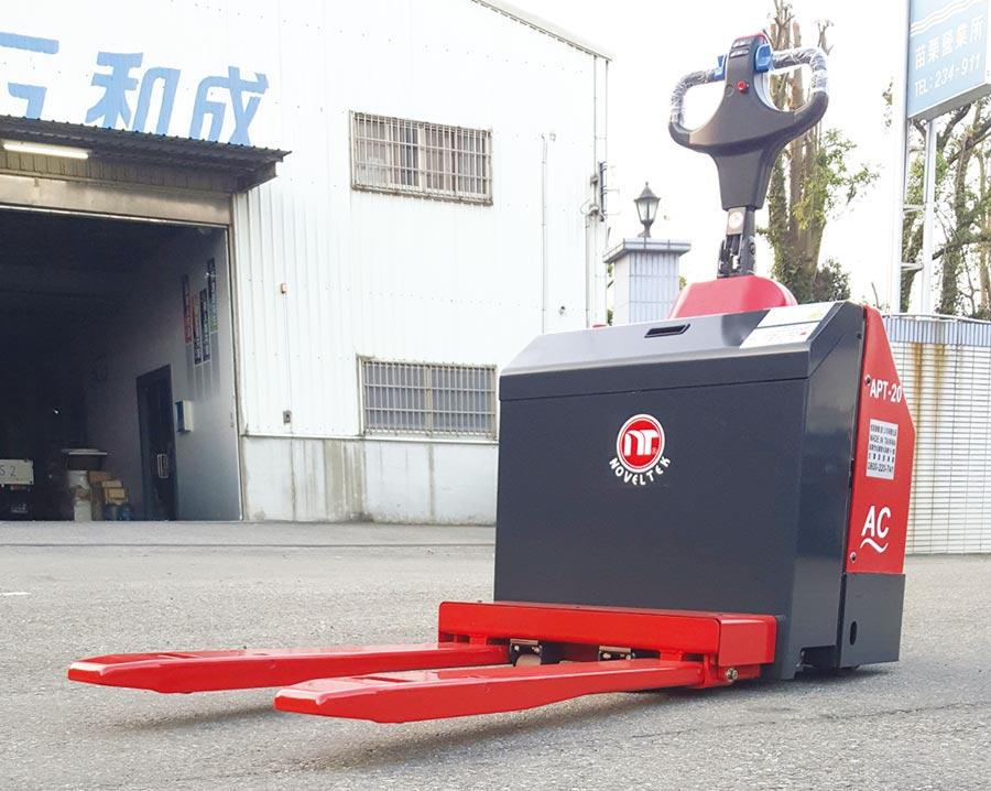 恆智重機展出新研發「懸浮型貨叉電動拖板車」提昇設備搬運功能及兢爭力。圖/恆智重機提供