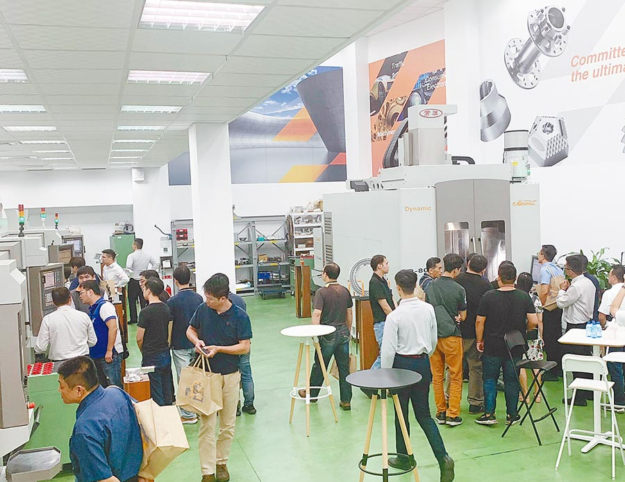 參加來賓在常銘加工應用中心,參觀各式五軸加工機執行實際切削。圖/黃俊榮
