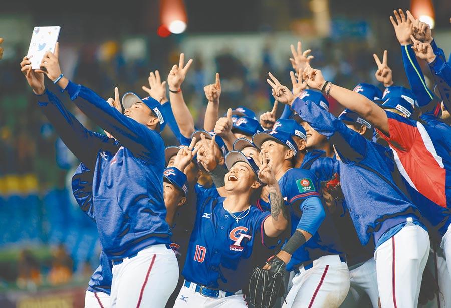 2019年世界12強棒球賽B組預賽,6日中華對戰委內瑞拉,終場中華隊以3比0拿下複賽資格,球員興奮自拍。(黃國峰攝)