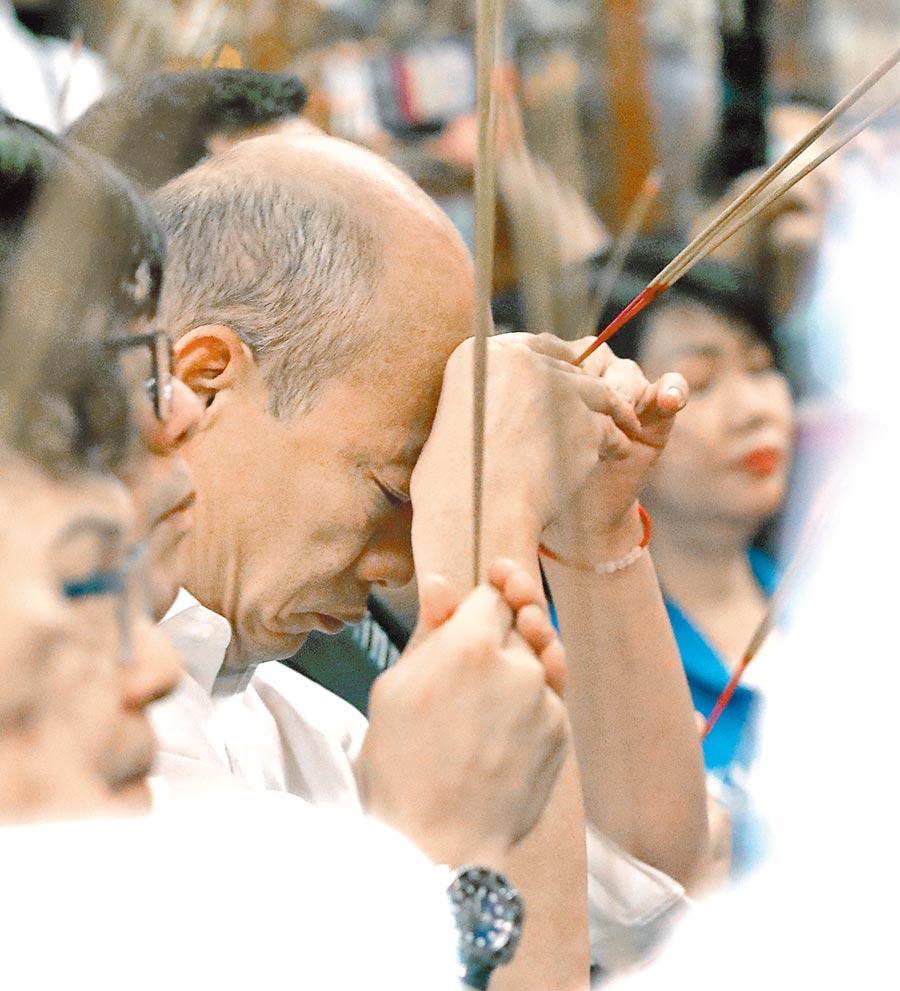 國民黨總統參選人韓國瑜6日傾聽之旅來到新竹市城隍廟,在地方人士陪同下,上香祈福。(鄭任南攝)