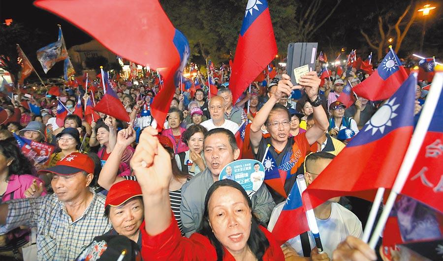 韓國瑜6日出席與新竹市立委參選人鄭正鈐的聯合競選總部揭牌,大批熱情的民眾擠滿了現場。(鄭任南攝)