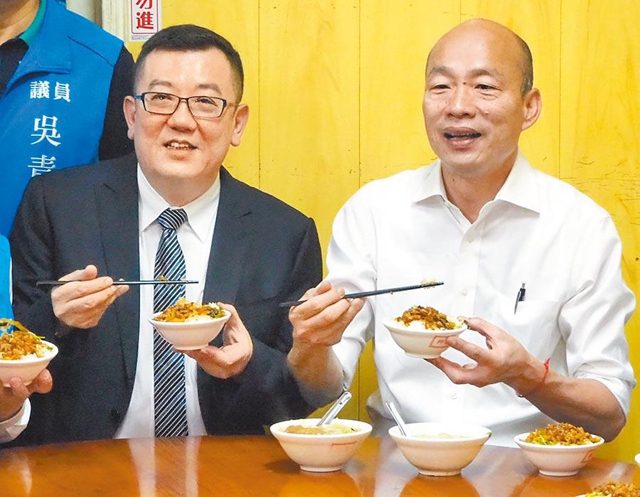 國民黨總統參選人韓國瑜(右)傾聽之旅6日來到新竹市,他先到都城隍廟參香,再品嘗地方小吃滷肉飯,並為地方行銷摃丸、米粉。(陳育賢攝)