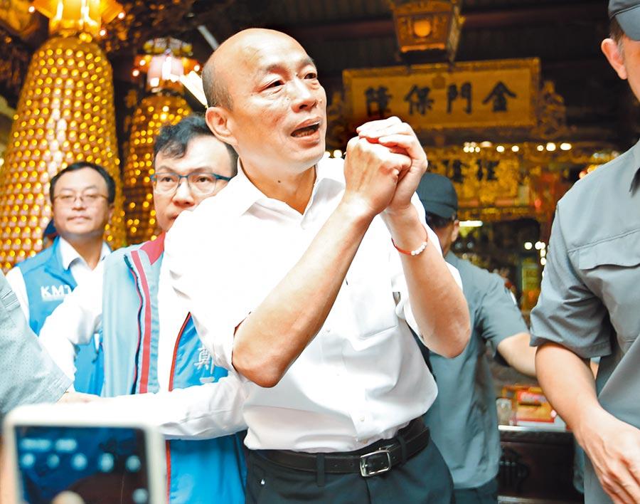 國民黨總統參選人韓國瑜6日的傾聽之旅來到新竹市城隍廟,向現場民眾致意。(鄭任南攝)