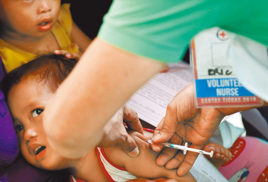 絕跡19年後,菲律賓再爆小兒麻痺症疫情,圖為兒童接種照片。(美聯社)