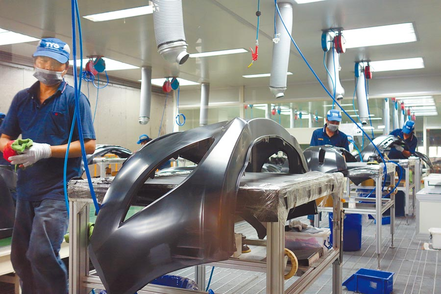 為搶救本土汽車業,關鍵零組件進口關稅可望調降,圖為汽車零件廠商生產線。(本報資料照片)