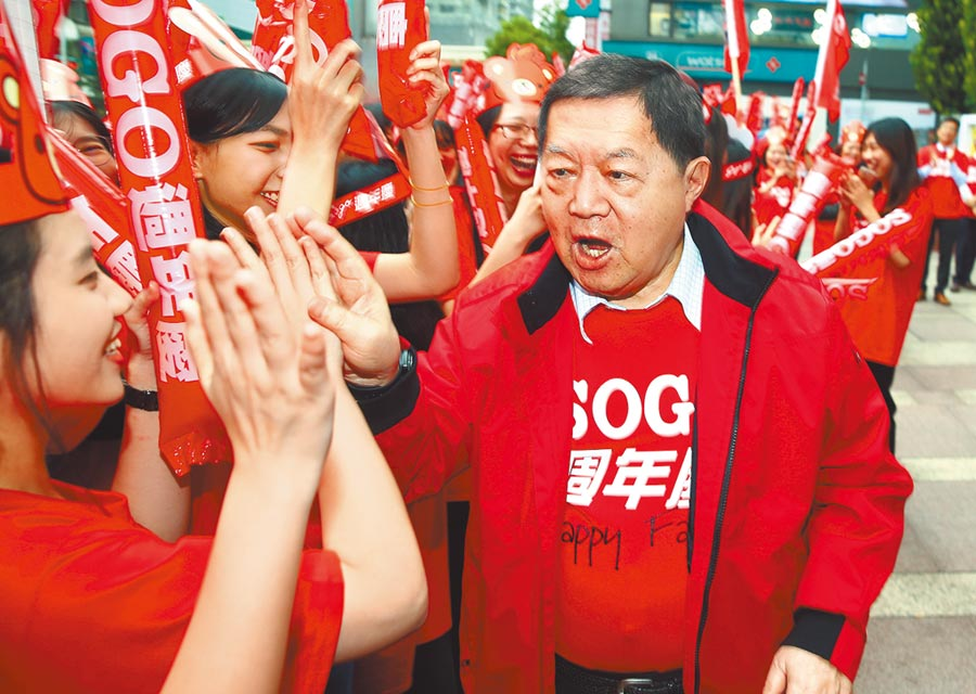 SOGO周年慶,遠銀信用卡成為消費者心中的神卡,圖為遠東集團董事長徐旭東到場為SOGO員工打氣。(本報資料照片)