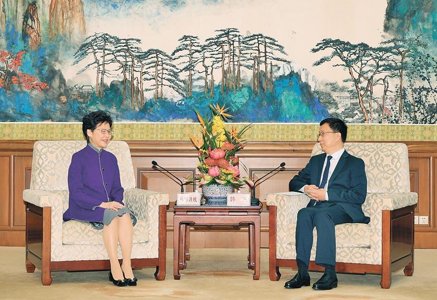 香港特區行政長官林鄭月娥訪問北京,獲國務院副總理韓正(右)接見。(中新社)