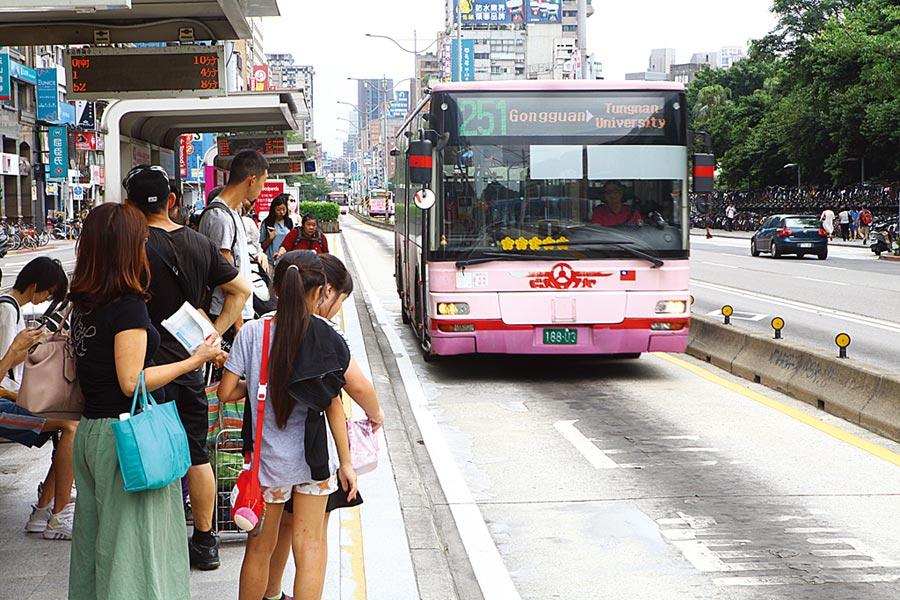 台北市議員李建昌質詢指出,近3年北市公車投訴案件逐年增加,圖為等公車民眾。(本報資料照片)
