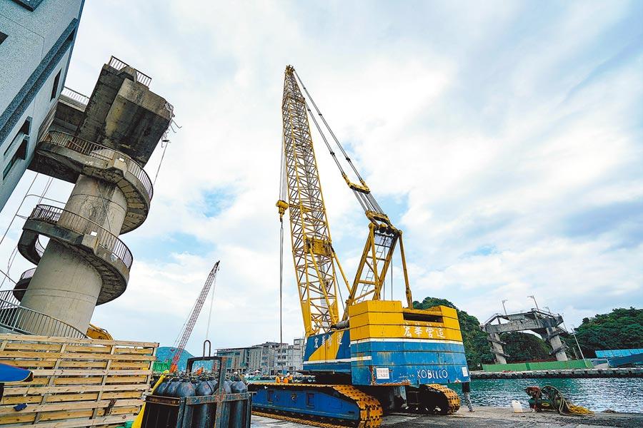 隨南方澳跨港大橋拆除告一段落後,從昨起進入大橋重建期,新橋預估花費5.3億元,期程36個月,舊橋的引道也會拆除重建。(李忠一攝)