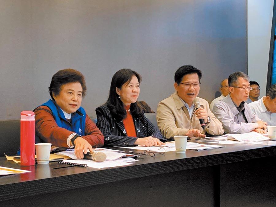 交通部長林佳龍(左三)允諾優先將捷運綠線建設經費列入前瞻基礎建設經費第二階段。(林欣儀攝)