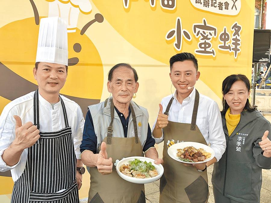 新竹市政府6日推出全國第1輛幸福小蜜蜂移動式餐車,市長林智堅(右二)特別化身小蜜蜂餐車主廚現場煎牛肉為長輩加菜。(陳育賢攝)