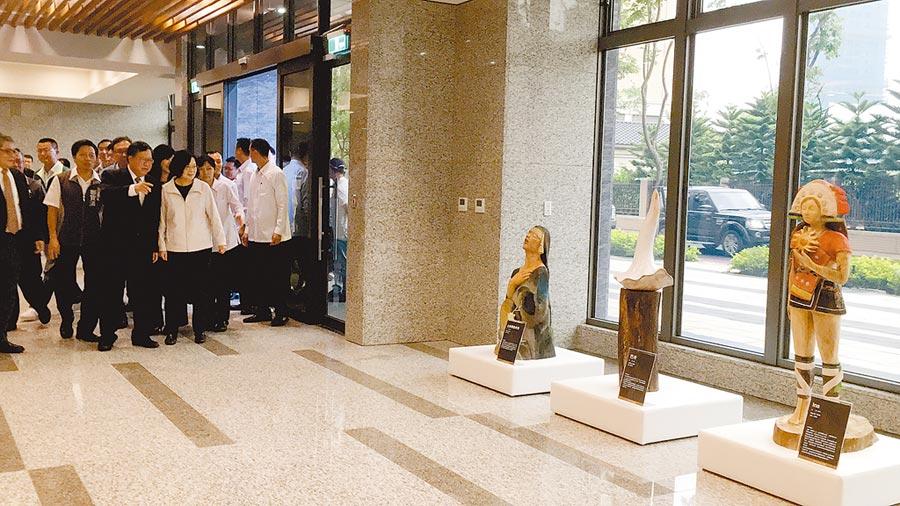 蔡英文總統9月20日到中路2號參訪的原民木雕,如今被棄置在大溪原住民文化會館5樓,與滅火器擺在一起,彷彿廢棄物被棄置。(市議員王仙蓮提供/甘嘉雯桃園傳真)