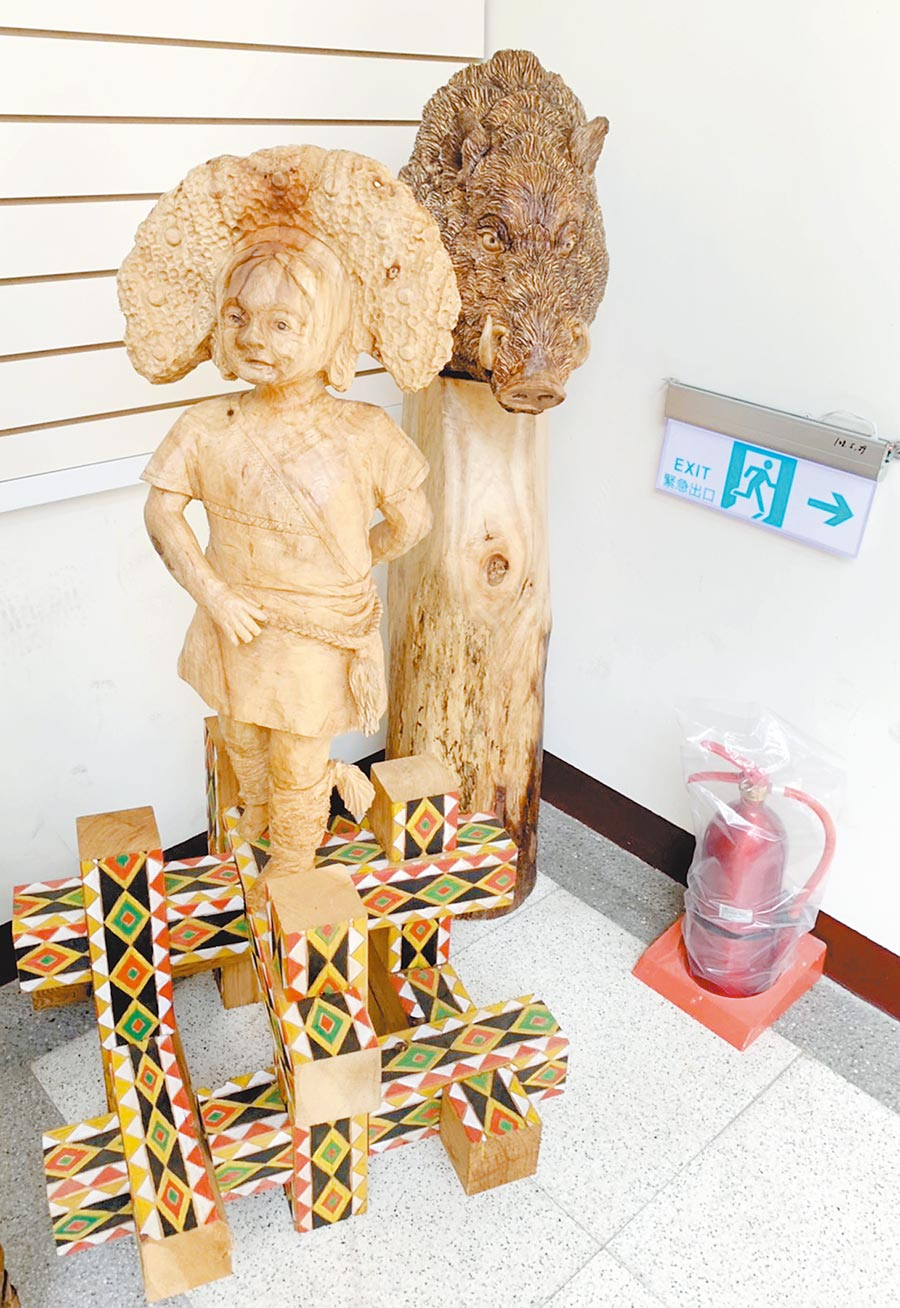 蔡英文總統9月20日到中路2號參訪的原民木雕,如今被棄置在大溪原住民文化會館5樓,與滅火器擺在一起,彷彿廢棄物被棄置。(市議員王仙蓮提供/甘嘉桃園傳真)