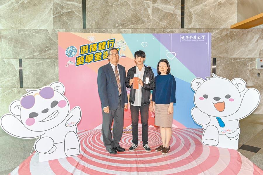 健行科大校長李大偉(左)頒發企業獎學金5萬元給學生。(健行科大提供/呂筱蟬桃園傳真)