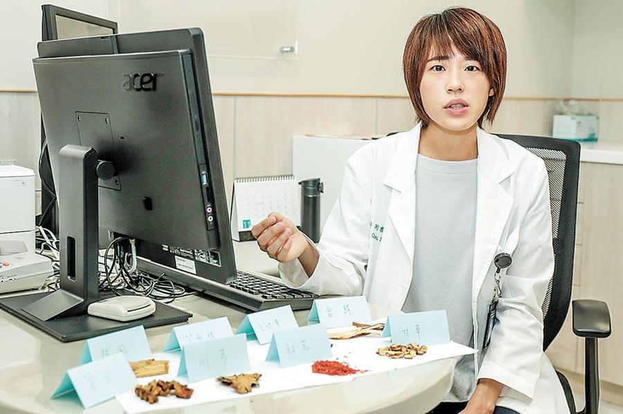 中醫大新竹附醫中醫科醫師周書玉說,中醫治療蕁麻疹,是根據每位患者身體狀況,以不同藥物治療。(羅浚濱攝)