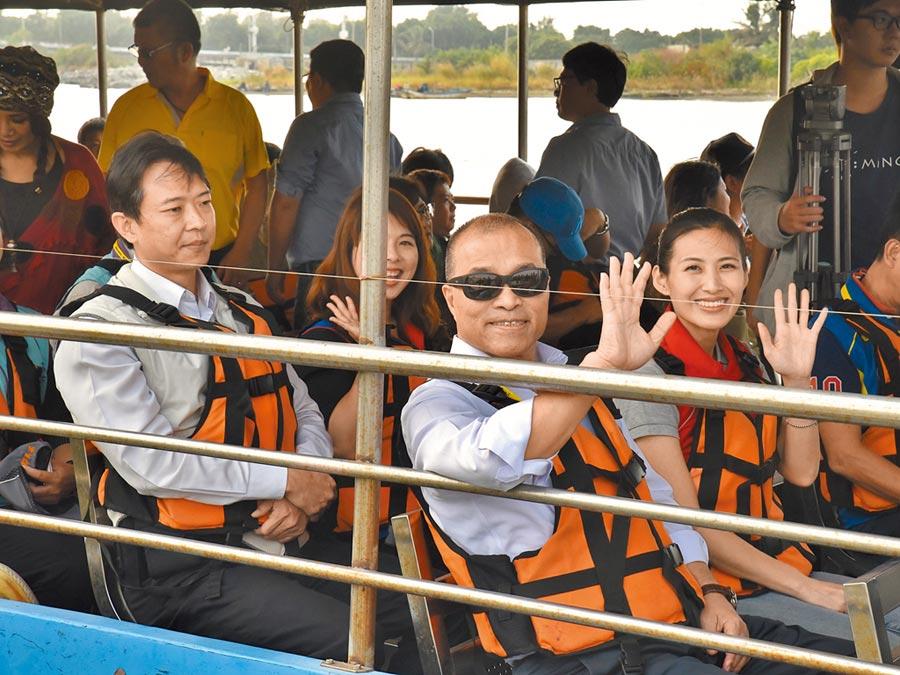 高雄市副市長葉匡時(前右)6日搭上舢筏,體驗二仁溪生態之旅。(林瑞益攝)
