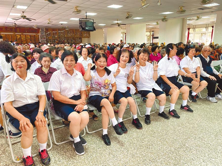 前排是二崙鄉農會家政班員扮演的小學生,後方是二崙鄉老人會員,演員和觀眾的年齡差不多。(周麗蘭攝)