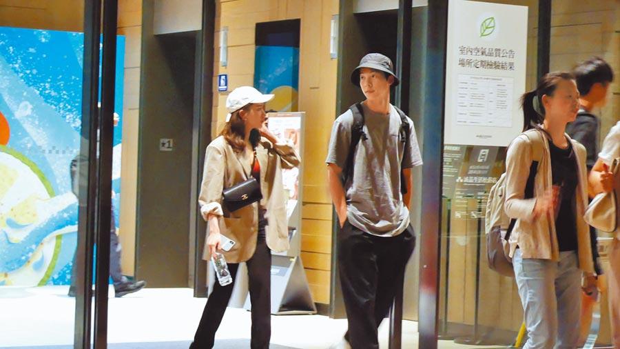 許光漢(右)被拍到和平面模特兒施宇屏約會。(《時報周刊》提供)