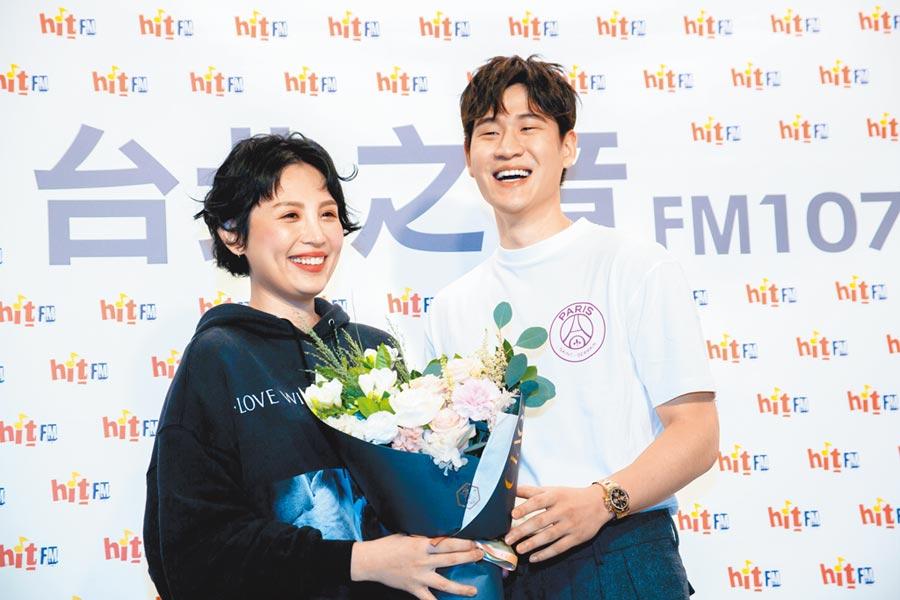 魏如萱(左)昨出席Hit Fm聯播網活動,周興哲力挺獻花。(吳松翰攝)